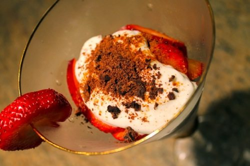 Healthy-Desserts-with-chocolate-and-cinnamon-and-strawberries