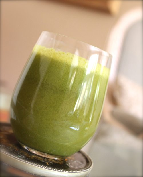 Green-Lemonade-with-apples-kale-lettuce-and-lemon-wedges-from-Juicers-in-Solana-Beach