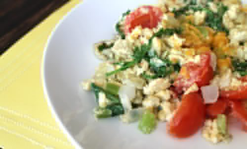 Scrambled-eggs-salad-with-arugula-tomatoes-and-onions-for-quick-healthy-breakfast-options