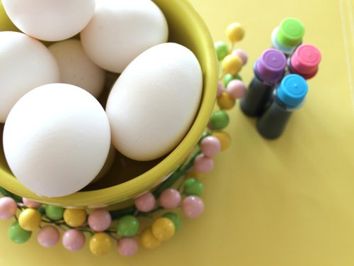 Mini-DeLites-like-coloring-Easter-eggs-with-neon-food-coloring